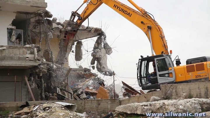 الاحتلال يخطر بهدم 3 مساكن وبركس في يطا