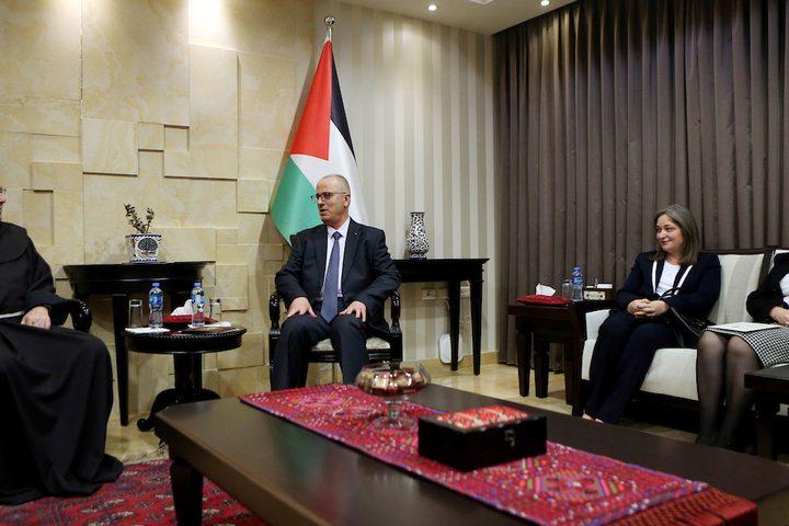 رئيس الوزراء الفلسطيني رامي الحمد الله ، يتلقى دعوة لحضور قداس منتصف الليل للتقويم الغربي في مدينة رام الله بالضفة الغربية في 28 نوفمبر ، 2018.