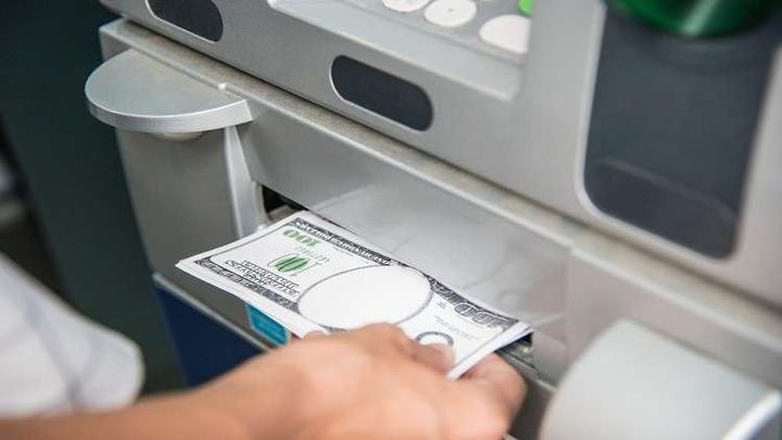 صراف آلي يوزع مئات الدولارات على العملاء!