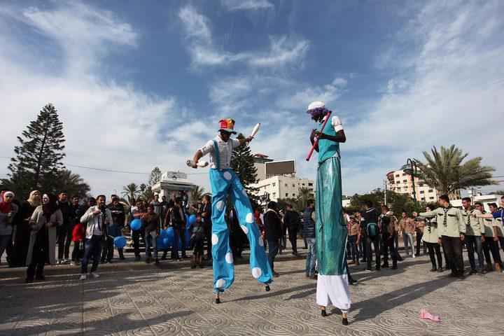 المهرجون الفلسطينيون يؤدون عروضهم في الشارع خلال كرنفال الشوارع في مدينة غزة ، في 29 نوفمبر ، 2018.