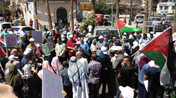 مسيرة في الخليل تطالب بتسليم جثامين الشهداء