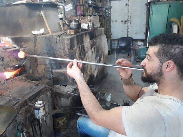صناعة الزجاج في الخليل: نقش ونفخ وهندسة