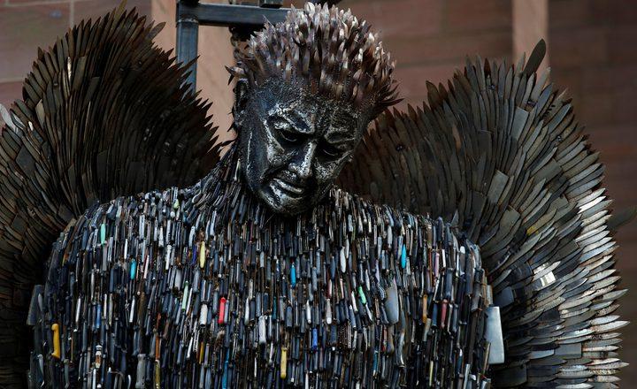 """عرض تمثال """"ملاك السكاكين"""" في مدينة ليفربول"""