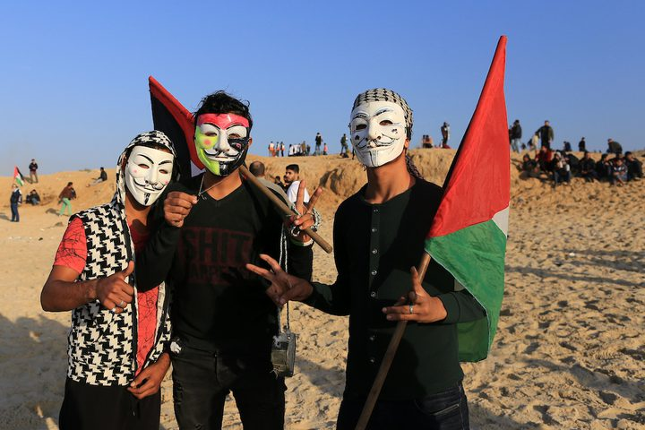 متظاهرون فلسطينيون يجتمعون خلال اشتباكات مع القوات الإسرائيلية في مظاهرة ضد الحصار الإسرائيلي على قطاع غزة، على طول الحاجز البحري لغزة على الحدود البحرية مع إسرائيل بالقرب من كيبوتس زيكيم، شمال بيت لاهيا في شمال قطاع غزة في 3 ديسمبر ، 2018.