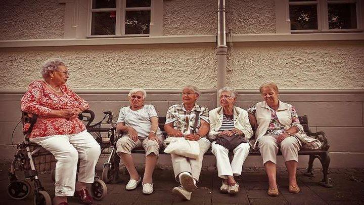 لماذا تمرض النساء في سن الشيخوخة أكثر من الرجال؟