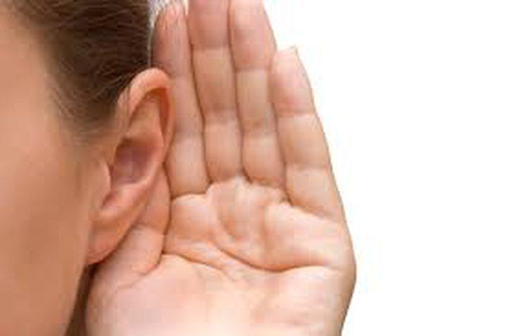 لماذا لا يمكن أن تسمع شخصين يتكلمان في نفس الوقت؟
