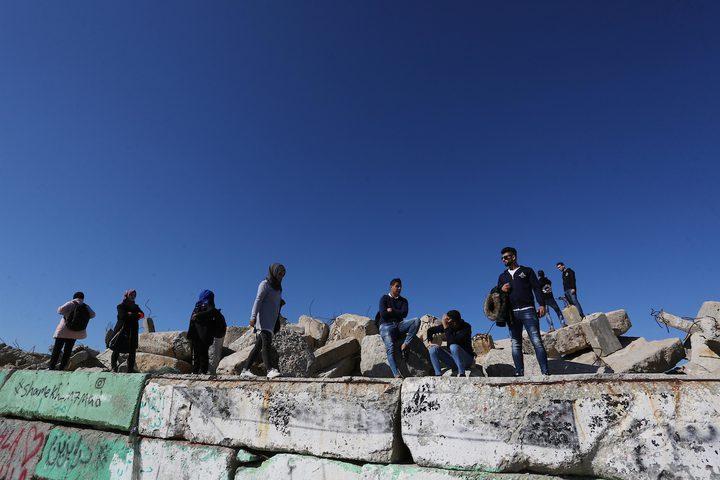 شباب فلسطينيون يشاركون في تنظيف ميناء غزة ، في مدينة غزة ، في 4 ديسمبر 2018.