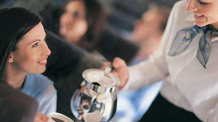 سبب يجعلك تتجنب شرب القهوة على متن الطائرات!