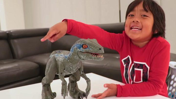 سابقة عالمية.. طفل يجني 22 مليون دولار عبر يوتيوب
