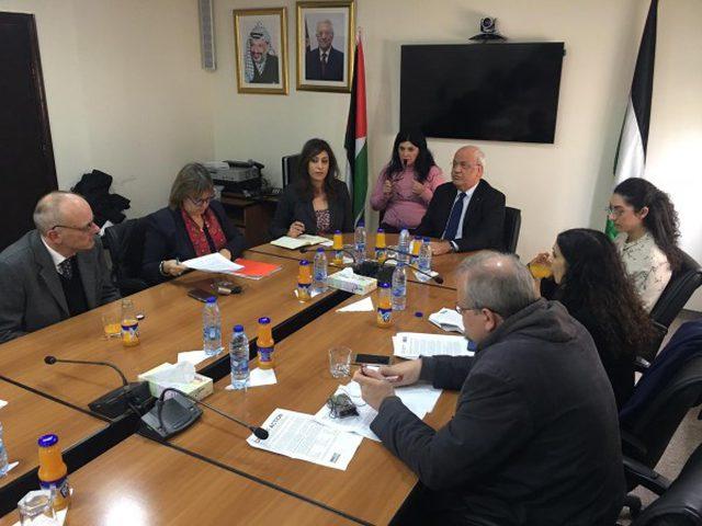 عريقات يطالب الاتحاد الأوروربي بمقاطعة المستوطنات