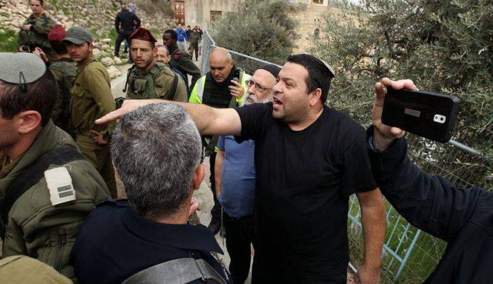 مستوطنون يعتدون على أراضي دير أبو مشعل