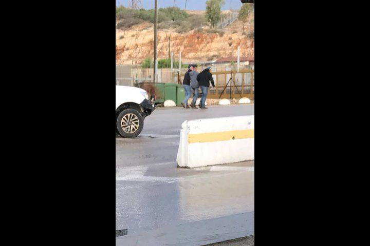 قوة خاصة إسرائيلية تختطف شابا على حاجز برطعة