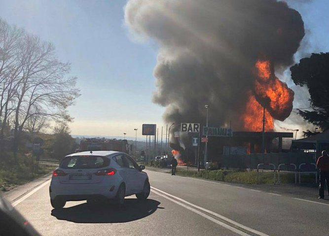 قتيلان و13 جريحاً بانفجار محطة وقود في إيطاليا