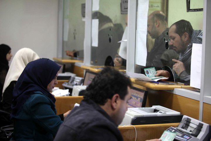 موظفو حماس يتلقون الاموال القطرية.