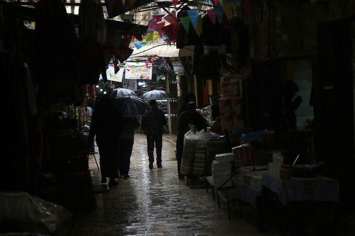 فلسطينيون يسيرون في شارع غمرته المياه في يوم ممطر في المدينة القديمة لمدينة نابلس بالضفة الغربية ، في 8 ديسمبر / كانون الأول 2018.