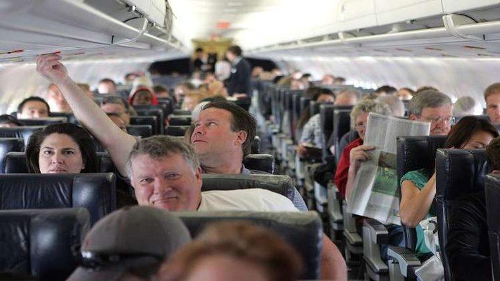 عالم يحذر من شرب القهوة والشاي على متن الطائرة