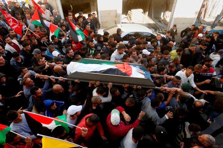 مشيعون يحملون جثة رجل فلسطيني يبلغ من العمر 27 عاماً ، عمر عوض ، قتل برصاص القوات الإسرائيلية بعد محاولته الهجوم على سيارة قرب نقطة تفتيش خلال جنازته في الخليل بالضفة الغربية المحتلة