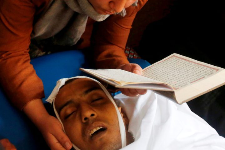 أقارب الفتى الفلسطيني عمر عواد ، 27 عاماً ، الذي قُتل برصاص القوات الإسرائيلية بعد محاولته محاولة هجوم على سيارة قرب نقطة تفتيش حدادا على جسده خلال جنازته في الخليل بالضفة الغربية المحتلة 11 ديسمبر / كانون الأول 2018.