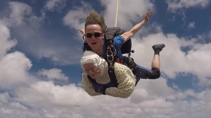 مسنّة تقفز بالمظلة من علو 4000 متر!
