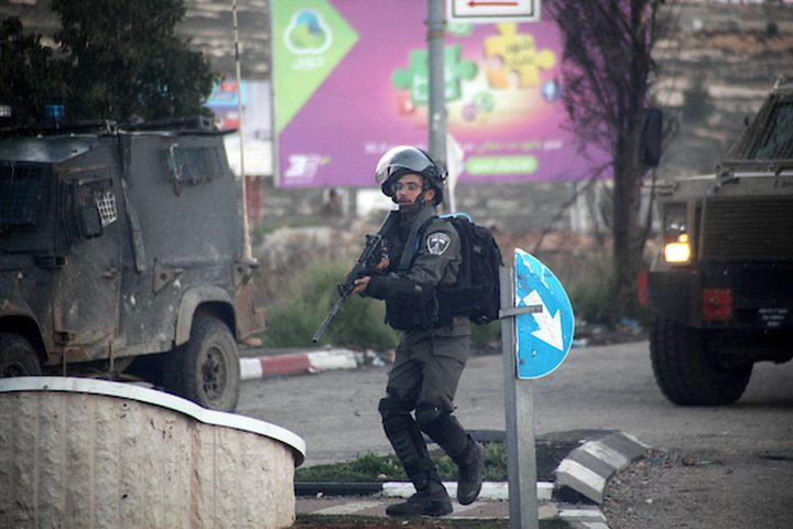 جندي إسرائيلي يأخذ موقعًا أثناء اشتباكات مع متظاهرين فلسطينيين بالقرب من مستوطنة بيت إيل اليهودية ، في مدينة رام الله بالضفة الغربية ، في 13 ديسمبر 2018. قتل فلسطيني بالرصاص جنديين إسرائيليين في محطة للحافلات في الضفة الغربية المحتلة ، الجيش وقال ، مما أثار غارات في مدينة رام الله بالضفة الغربية حيث قتل فلسطيني واحد. وجاء الهجوم بعد ساعات من مقتل قوات الأمن الفلسطينية لاثنين من المشتبه فيهم بالقتل ، مع مخاوف من اضطرابات واسعة النطاق.
