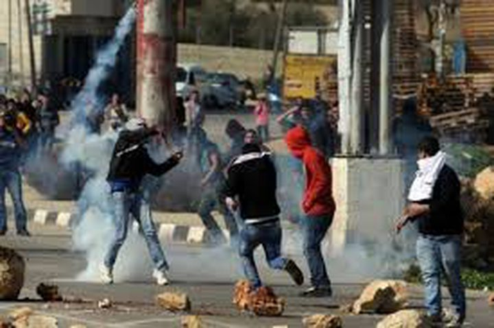 طائرات الاحتلال تطلق الغاز تجاه المواطنين عند مدخل البيرة