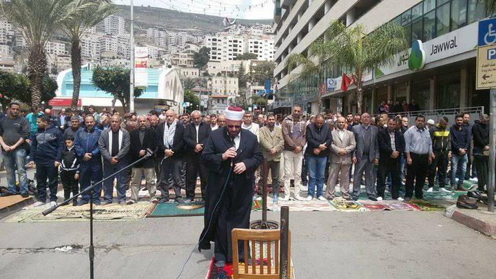 """المئات يؤدون صلاة الجمعة """"الوفاء للشهداء"""" وسط نابلس"""