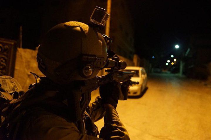 الاحتلال يزعم العثور على قطعتي سلاح داخل سيارة في الخليل