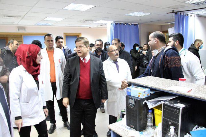 وزير الصحة يعود الجرحى في مجمع فلسطين الطبي