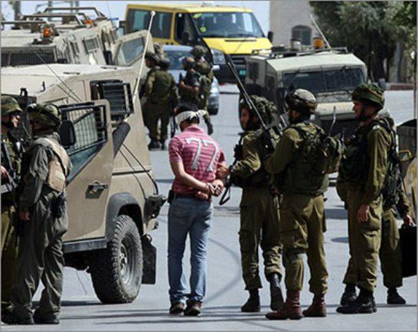 الاحتلال يعتقل مواطنا ويسلم آخر بلاغا لمقابلة مخابراته