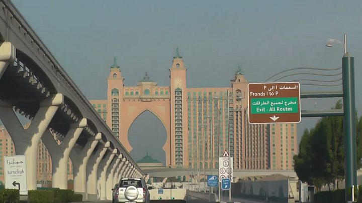 الإمارات تفرض غرامة باهظة على من يلوث الطرقات العامة