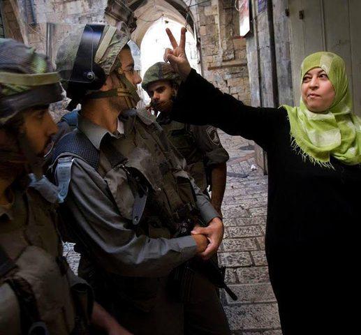 """الاحتلال يعتقل مسنة أثناء زيارتها لنجلها في سجن """"جلبوع"""""""