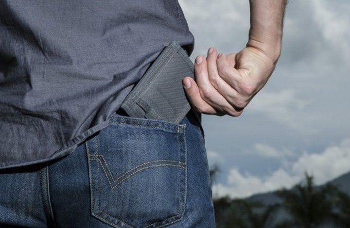 لا تضع محفظتك بالجيب الخلفي.. والسبب؟!