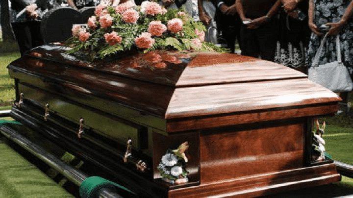 أصوات من داخل تابوت توقف مراسم الدفن!