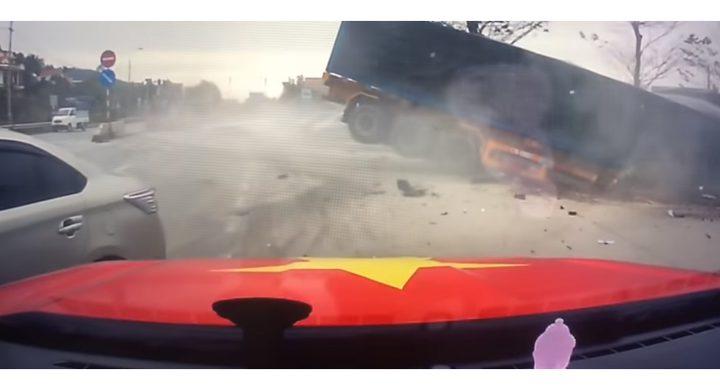 نجاة سيدة ورضيعها من حادث مروع (فيديو)