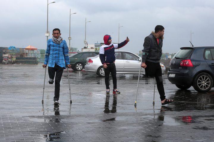 الفلسطينيون الذين بترت ساقاهم خلال احتجاج ضد القوات الإسرائيلية ، ساروا في ميناء غزة البحري في يوم ممطر في مدينة غزة في 20 ديسمبر ، 2018.
