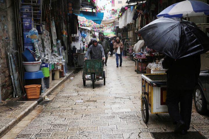 بائع فلسطيني يسير في سوق خلال يوم ممطر ، في مدينة نابلس بالضفة الغربية ، 20 ديسمبر ، 2018.