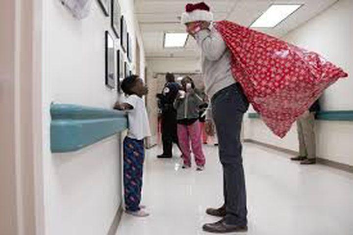 """باراك أوباما بدور """"بابا نويل"""" ليسعد الأطفال المرضى"""