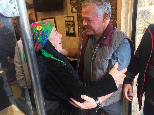 """العاهل الأردني برفقة أبنائه يتناولون """"الفلافل"""" في شوارع عمان"""