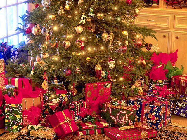 """شجرة عيد الميلاد """"الكريسماس"""" والرموز المستخدمة في تزينها"""