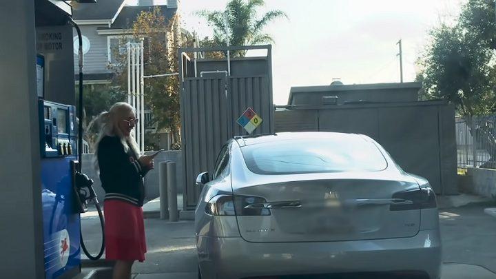 """امرأة تحاول تزويد """"تسلا"""" الكهربائية بالوقود!"""
