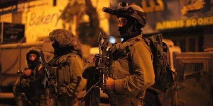 الاحتلال يعتقل مواطنا ويطلق النار على مركبة