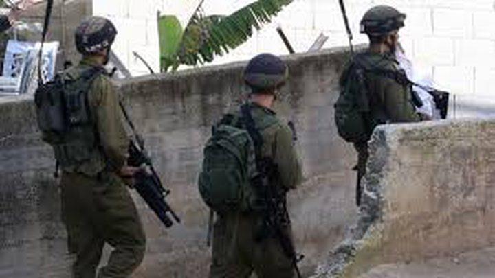 الاحتلال يفتش منازل ويستدعي أسيرا محررا من الخليل