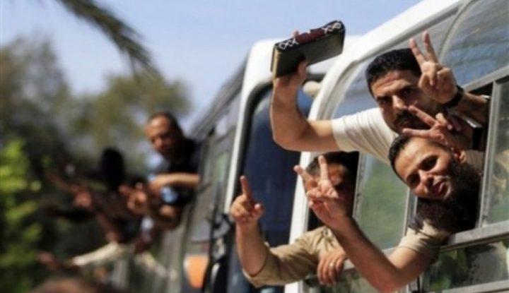 الأسيران ثائر حلاحلة وسيف أبو عامر يتنسمان عبير الحرية