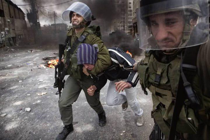 الاحتلال يعتقل طفلا ومواطنا من الخليل