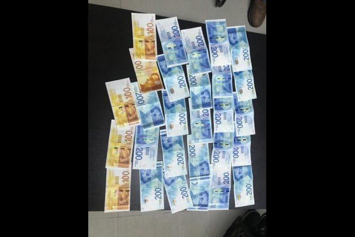 القبض على 4 أشخاص مشتبه بهم بسرقة محال تجارية