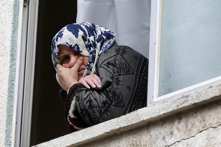 امرأة فلسطينية تنظر عبر نافذة خلال تشييع جنازة كرم فياض ، 26 عاماً ، الذي قُتل برصاص الجنود الإسرائيليين خلال اشتباكات على الحدود بين إسرائيل وغزة ، في خان يونس في جنوب قطاع غزة في 29 ديسمبر / كانون الأول 2018.