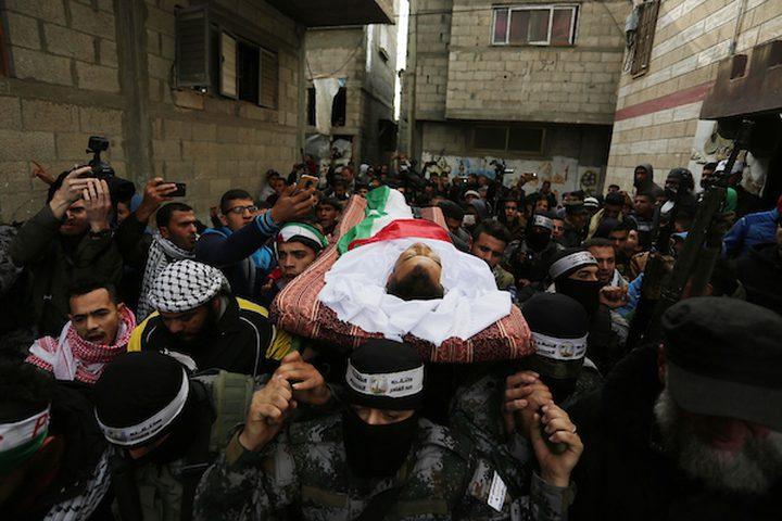 مشيعون يحملون جثة المواطن الفلسطيني كرم فياض ، 26 عاماً ، الذي قُتل برصاص الجنود الإسرائيليين خلال اشتباكات على الحدود بين إسرائيل وغزة ، خلال جنازته في خان يونس بجنوب قطاع غزة في 29 ديسمبر / كانون الأول 2018.