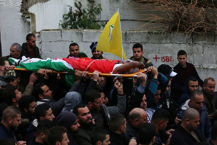 ويؤدي المشيعون جثة الفلسطيني الياس صالح ياسين (22 عاما) الذي قتل برصاص القوات الإسرائيلية بدعوى محاولته تنفيذ هجوم طعن بالقرب من مفترق جيت في 15 أكتوبر تشرين الأول واحتفظ الجيش الاسرائيلي بجثته منذ ذلك الوقت خلال جنازته. مدينة سلفيت بالضفة الغربية في 29 ديسمبر 2018.