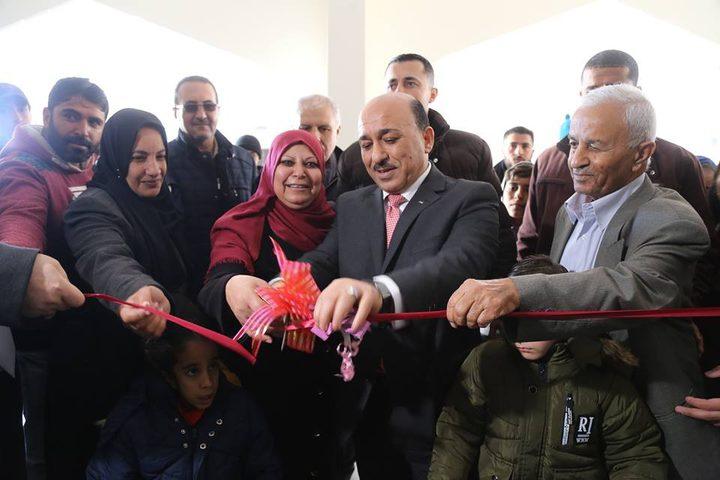 الحساينة يسلم شققا سكنية للأسر الفقيرة في غزة