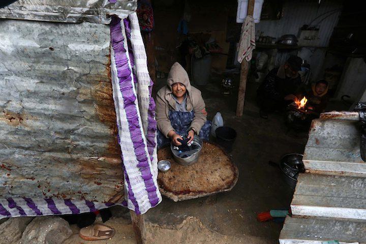 فلسطينيون يجلسون في منازلهم خلال يوم ممطر في مخيم نهر البارد للاجئين في خان يونس جنوب قطاع غزة في 30 كانون الأول / ديسمبر ، 2018.